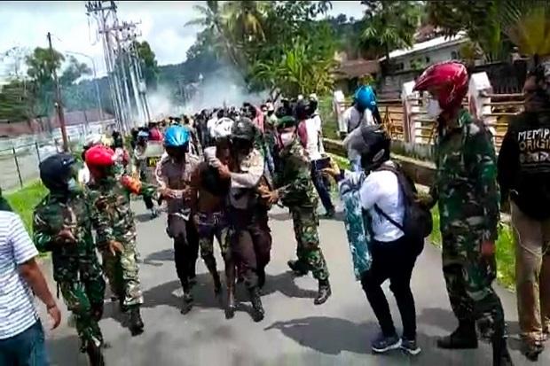 4 Polisi dan Seorang Wartawati Terluka Diserang Massa di Sorong Papua Barat