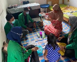 Cegah Covid-19, Mahasiswa KKN Unimal Membuat Hand Sanitizer Bersama Bidan Gampong