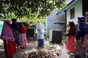 Dyah Erti Bagi Sembako dan Kampanyekan 3M di Gampong Jawa