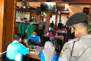 Sosialisasi Pencegahan Covid-19, Mahasiswa KKN Unimal Bagikan Masker Gratis di Pasar Batuphat