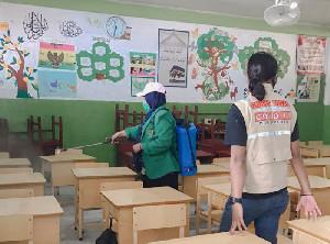 Pembelajaran Tatap Muka Segera Dimulai, Mahasiswa KKN K052 Unimal Semprot Sekolah