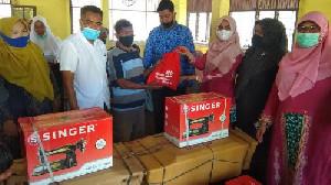 Ketua Dekranasda Bireuen Serahkan Bantuan UEP dan Sembako Bagi Lansia