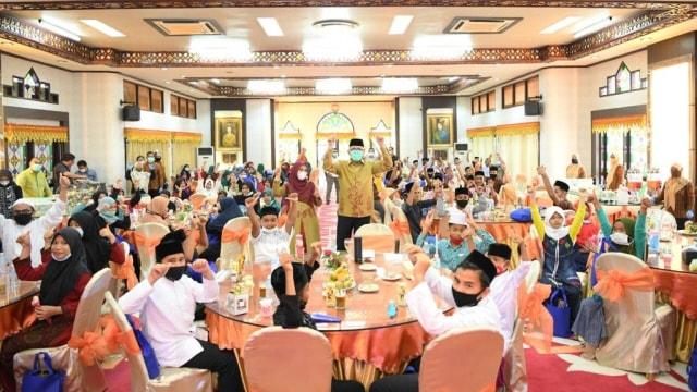 Gubernur Aceh Bersama Istri Diundang Makan Ratusan Anak Yatim Piatu
