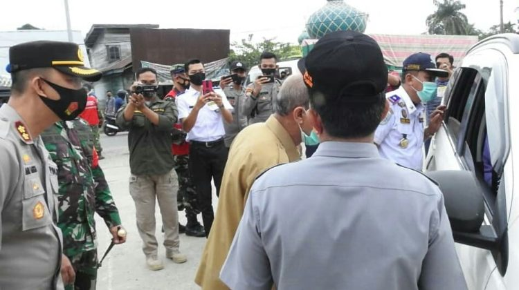 Forkopimda Aceh Tamiang Periksa Surat Covid-19 Pada Warga Pelintas