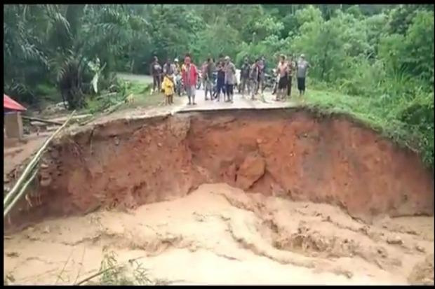 Jembatan Penghubung 8 Desa di Leuser Agara Putus Total Akibat Banjir Bandang