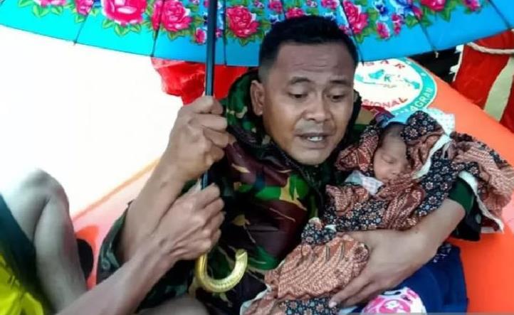 Terjebak Banjir, Prajurit TNI Selamatkan Bayi dan Ibu di Aceh Timur