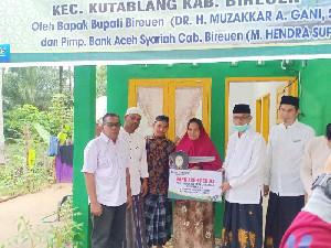 Bupati Bireuen Serahkan Rumah Bantuan CSR Bank Aceh Syariah