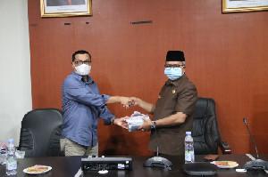 Kadis ESDM Serahkan Masker Program GEMAS kepada Bupati Aceh Barat