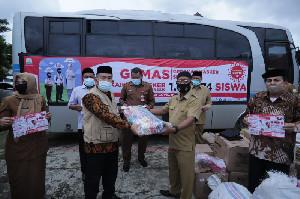 GEMAS, Kadisdik Aceh Serahkan Masker ke Aceh Timur
