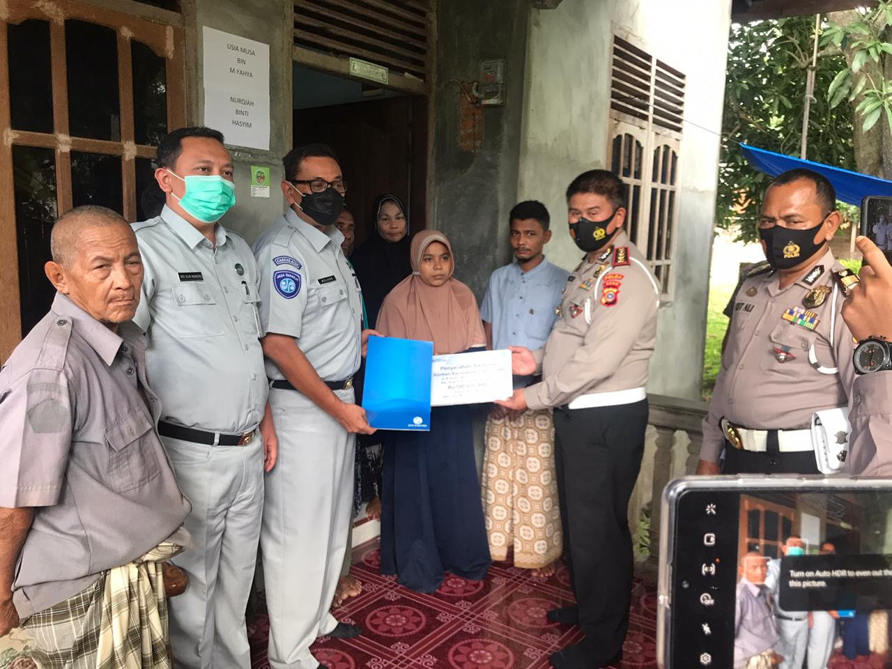 Dirlantas Polda Aceh Berikan Santuan  Kepada keluarga Sepasang Suami Istri Korban Laka Lantas