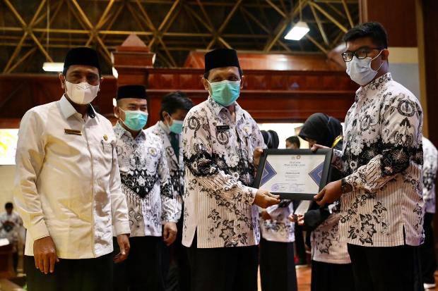 Di Tengah Pandemi Covid-19, Gubernur Aceh Apresiasi Perjuangan Guru di HUT PGRI