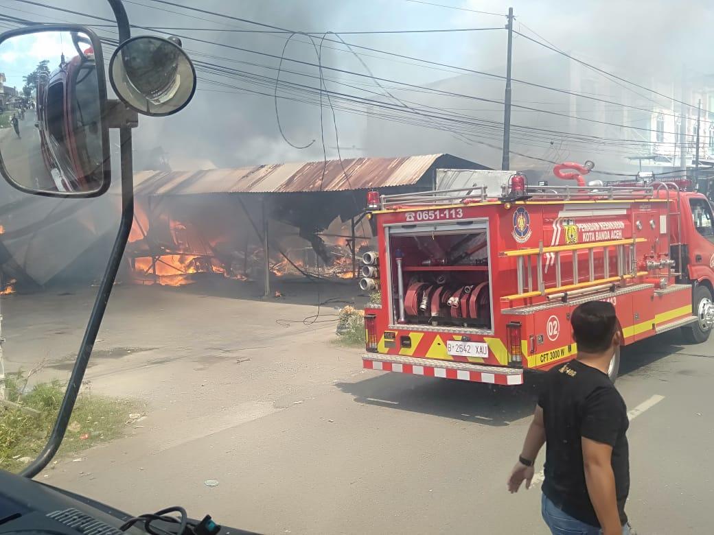 Kebakaran di Gampong Lhong Cut, Sejumlah Tempat Usaha Dilalap si Jago Merah
