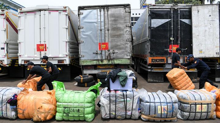 Aparat Bea Cukai Gagalkan Penyelundupan 4 Truk Limbah Alat Kesehatan Asal Malaysia