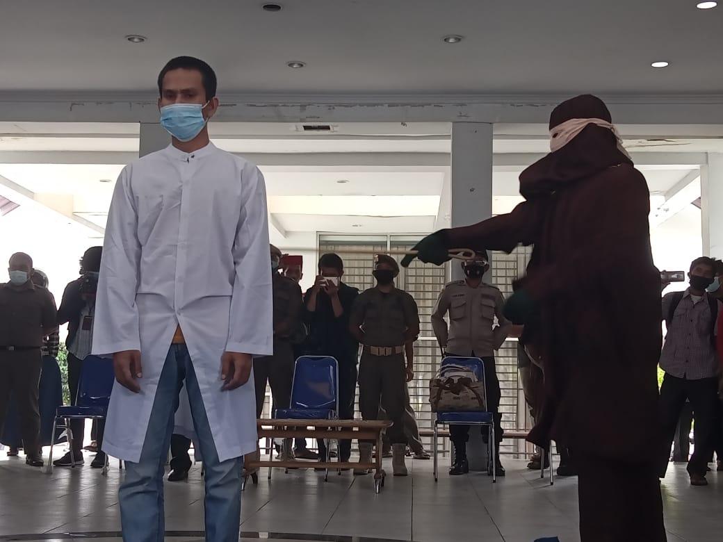 Pasangan Gay Dicambuk Sebanyak 77 Kali di Banda Aceh