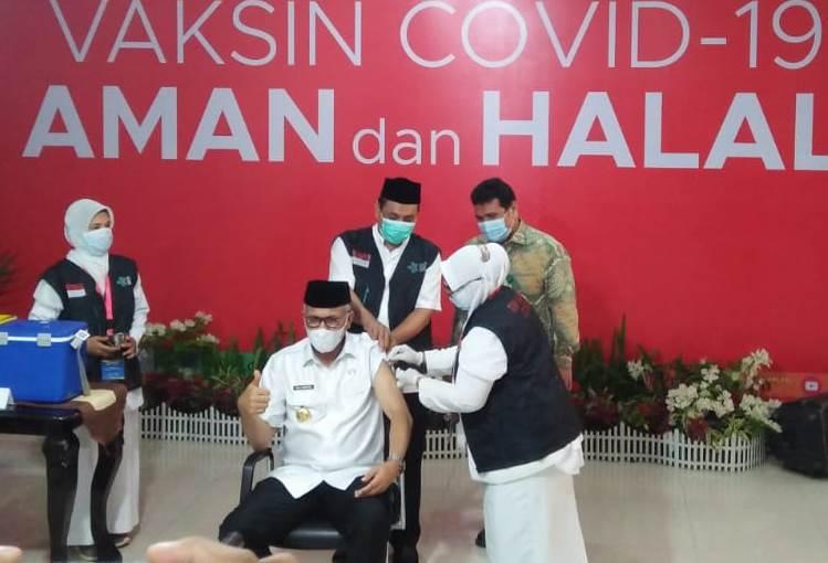 Gubernur Aceh Nova Iriansyah Disuntik Vaksin Covid-19 Pertama di RSUZA