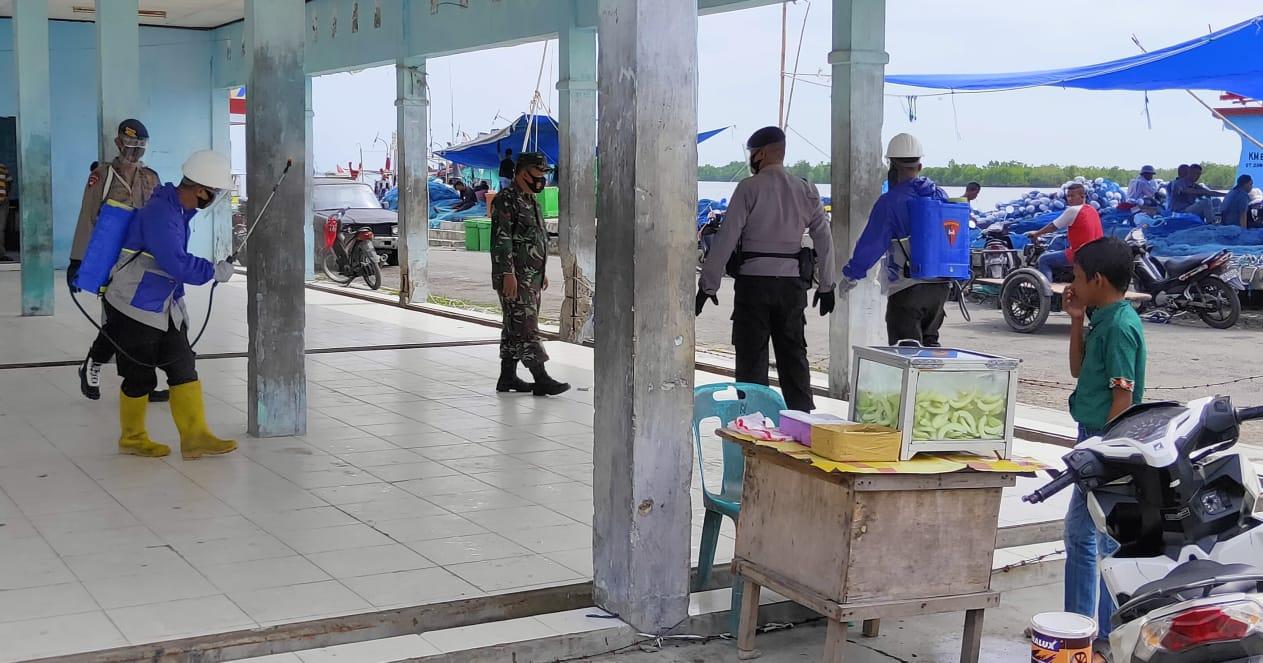 Cegah Penularan Covid-19, Brimob Bersama TNI Semprot Desinfektan di TPI Kuala Langsa