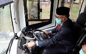 Gubernur Nova Ujicoba Bus Listrik Transkoetaradja