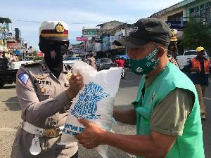 Giliran Petugas  Parkir di Banda Aceh Mendapat Sembako Dari Dirlantas Polda Aceh