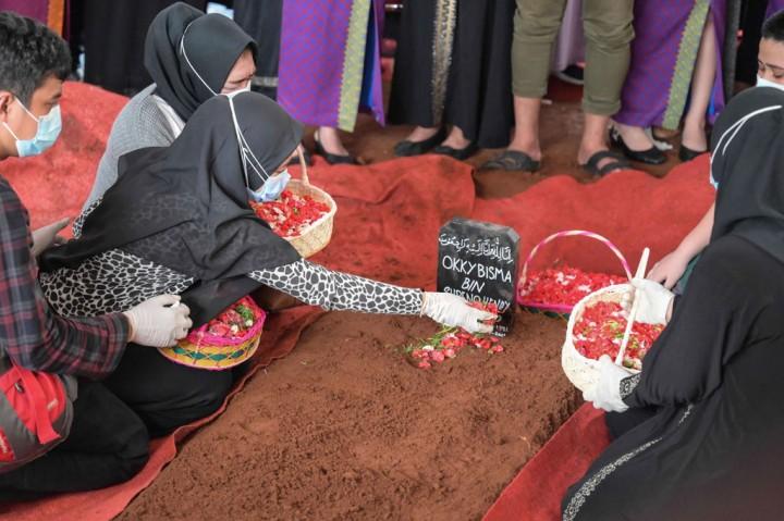 Suasana Sedih Pemakaman Okky Bisma, Pramugara Korban Tragedi Sriwijaya Air