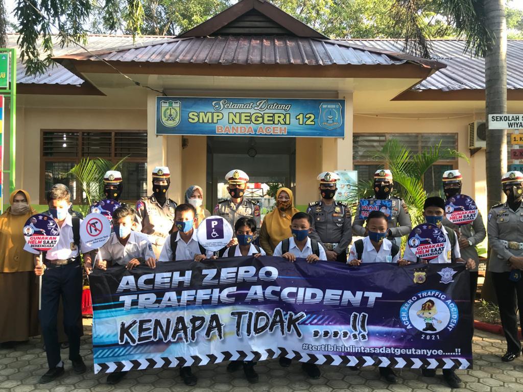 Ditlantas Polda Aceh Bagi Masker Untuk SMPN 12 Banda Aceh