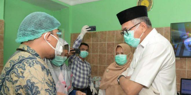 Harian Waspada Berikan Penghargaan Tokoh Peduli Indonesia Sehat pada Gubernur Aceh