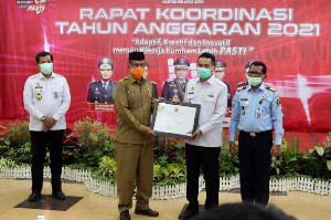 Gubernur Nova Terima Penghargaan 'Kepala Daerah Pelaksana Aksi HAM' dari Kanwil Kemenkumham Aceh