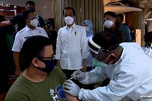 Jokowi Saksikan Vaksinasi Ribuan Wartawan