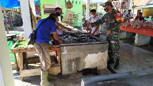 Pastikan Harga Sembako Stabil, Babinsa Koramil Pekan Bada Langsung ke Pasar Tradisional