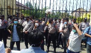 Demo di Depan Polda Aceh, Minta Tangkap Ramli MS dan Bebaskan Tgk Janggot