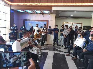 Massa Demo di Depan Kantor BPN Aceh, Minta 'Lockdown' PT. Laot Bangko