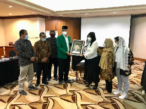 Unimal Berikan Penghargaan Kepada Keluarga Gus Dur