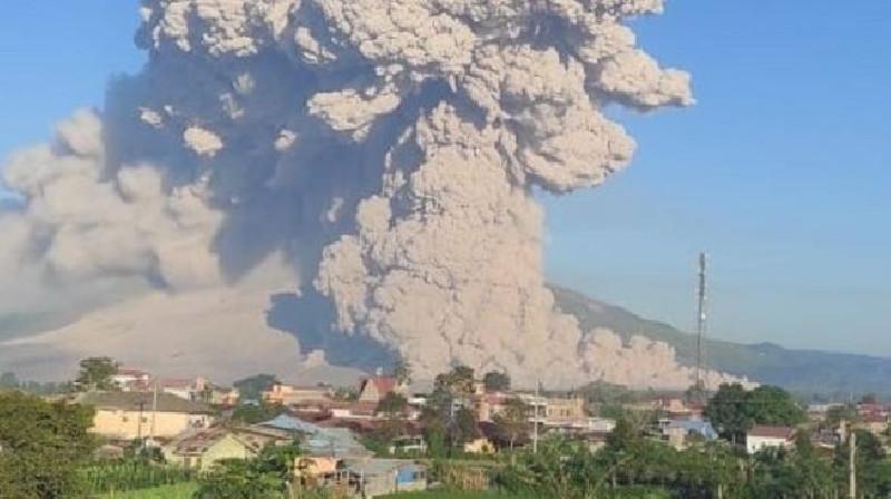Sinabung Erupsi Lagi, Semburan Awan Panas Hingga 1.000 Meter