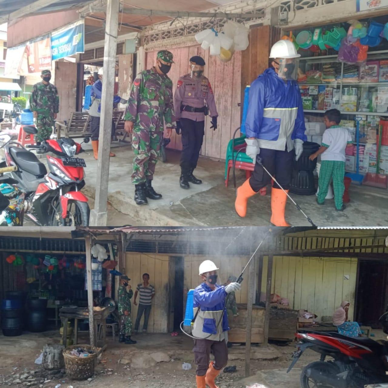 Brimob dan TNI Semprot Disinfektan di Pusat Pasar Keude Bayeun, Ajak Warga Patuhi Prokes