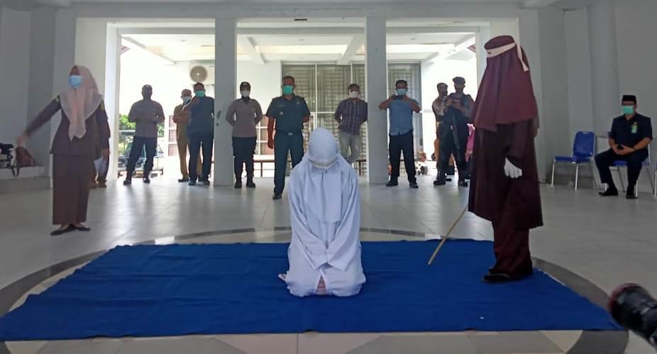 Empat Pasang Pelanggar Syariat Dicambuk, Ada Oknum PNS