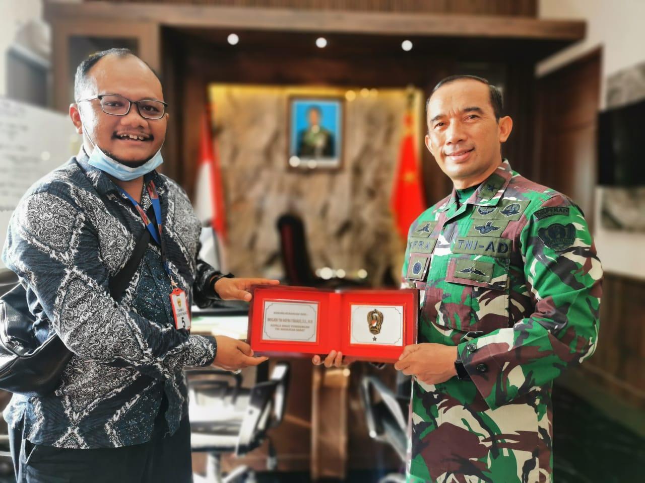 Kadispenad Brigjen TNI Nefra Firdaus Beri Cinderamata untuk Media Dialeksis.com