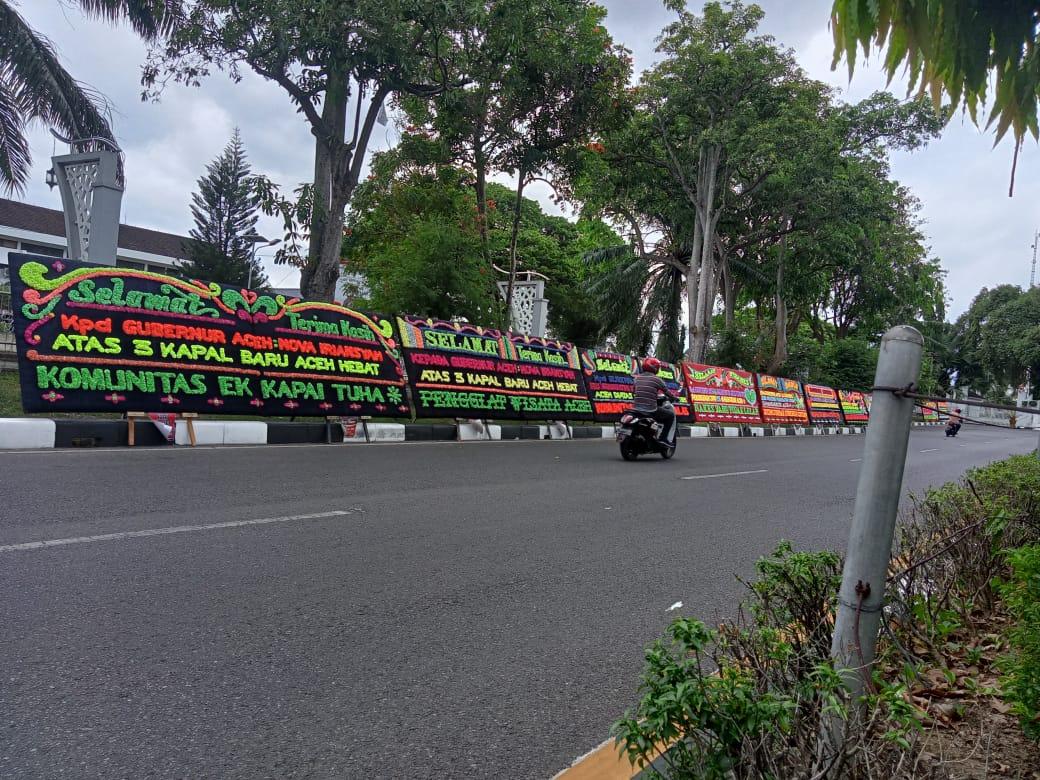 """Papan Bunga """"Selamat dan Sukses"""" Atas Prestasi Pemerintah Aceh Warnai Meuligoe"""