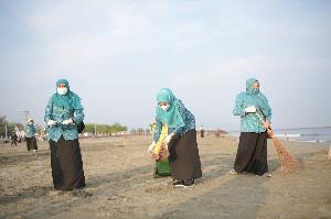 Dyah Erti Bersama Pengurus PKK Aceh 'Sterilkan' Pesisir Syiah Kuala