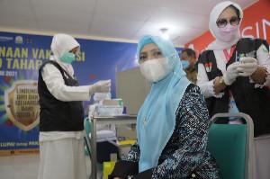 Ketua TP PKK Aceh Terima Vaksinasi Dosis Pertama