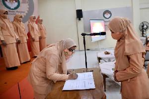 Safrida Yuliani Lantik Pengurus DWP Sekretariat DPRA dan Dinkes Aceh