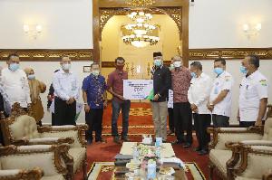 Gubernur Aceh Serahkan Santunan Jaminan Kematian Kepada Ahli Waris Nelayan yang Meninggal Dunia