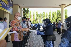 Didampingi Wali Kota, Sekda Aceh Bagikan 441 SK Kenaikan Pangkat di Lhokseumawe