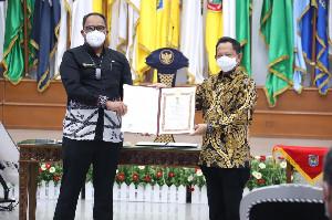 Mendagri Anugerahkan Penghargaan Satyalancana Wira Karya ke Anggota V BPK RI Bahrullah Akbar
