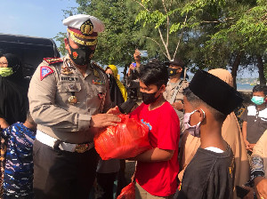 Giliran Kaum Dhuafa Dapat Santunan Sembako Dirlantas Polda Aceh