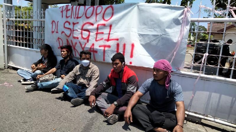 Pendopo Bupati Aceh Utara Disegel Aparatur Desa dan Mahasiswa