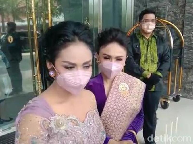 Krisdayanti dan Ashanty Dampingi Aurel Hermansyah di Pelaminan
