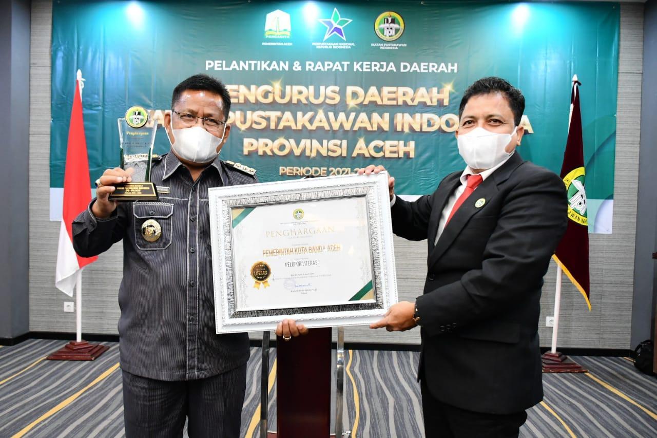 Wali Kota Banda Aceh Terima Penghargaan Pelopor Literasi