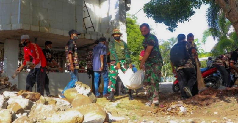 Sambut Ramadhan, TNI- Polri Bersama Warga Bersihkan Mesjid Raya Langsa