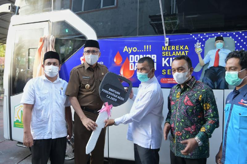 Apresiasi Integritas PMI Banda Aceh, Gubernur Serahkan Satu Unit Mobil Donor Darah
