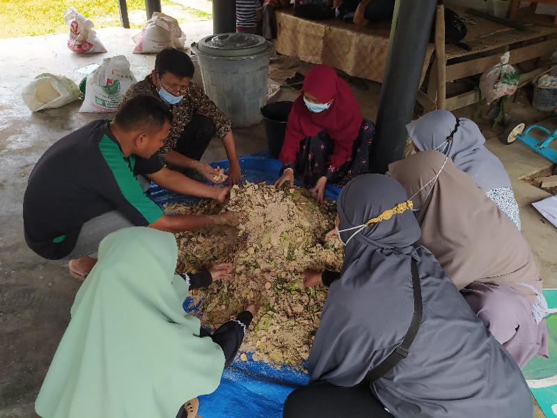 Rumah Amal Bersama Tim Dosen Prodi Peternakan USK Beri Pelatihan Pakan Fermentasi