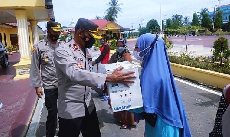 Kapolda Aceh Bantu Mesin Jahit Elektrik Untuk 8 UMKM di Aceh Timur